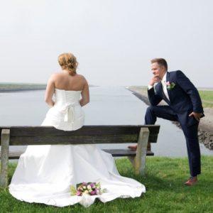 Bruidspaar bij bankje